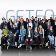 Das Team von GETEQ nueva. Im Vordergrund einige Menschen im Rollstuhl