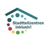 """mehrfarbiges Logo auf weißem Hintergrund, bestehend aus dem Schriftzug: """"Stadtteilzentren inklusiv!, darüber ein Dach in zwei Grün-Tönen, unter dem Dach und um die Schrift herum eine Spirale aus mehrfarbigen verschieden großen Punkten"""