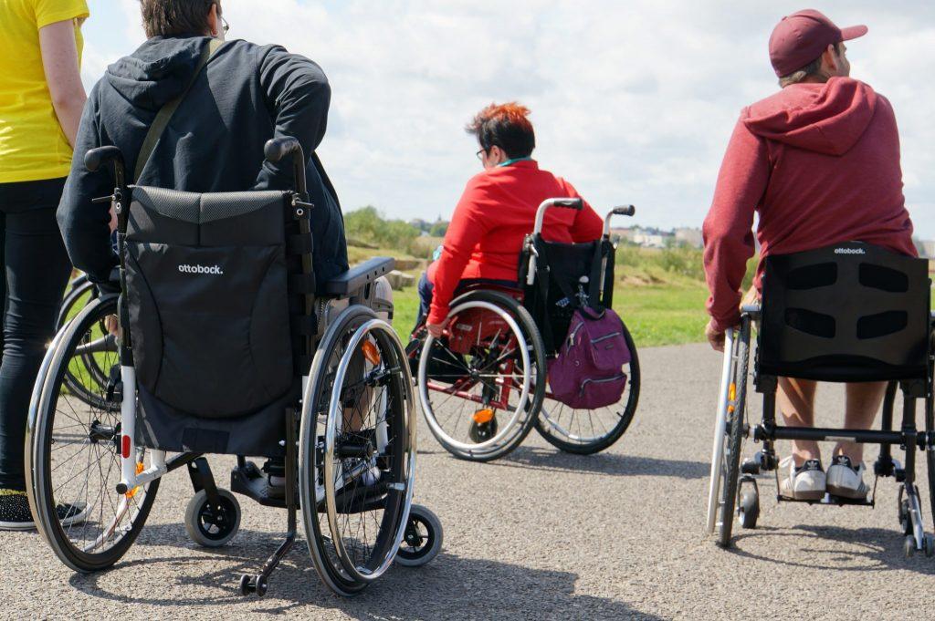 Rollstuhlfahrende Menschen auf dem Tempelhofer Feld