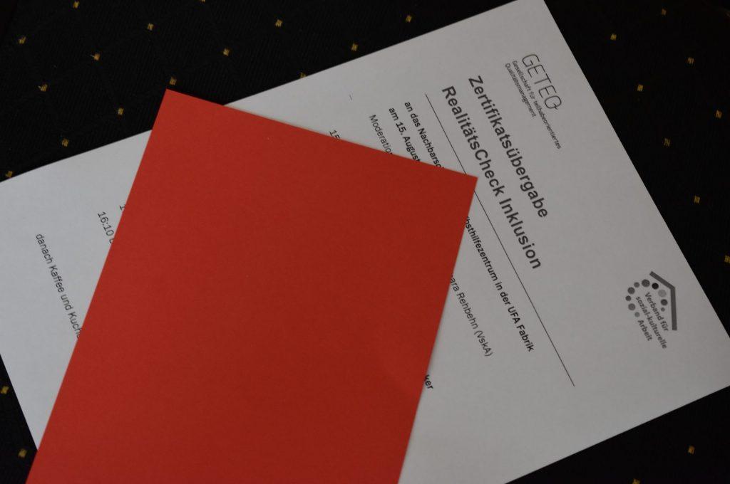 Ein Handzettel und eine rote Karte