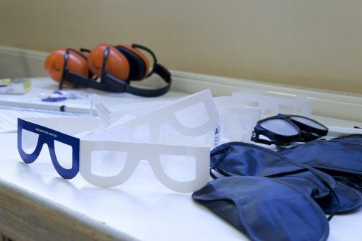 Simulationsbrillen und Lärmschutzkopfhörer auf einem Tisch