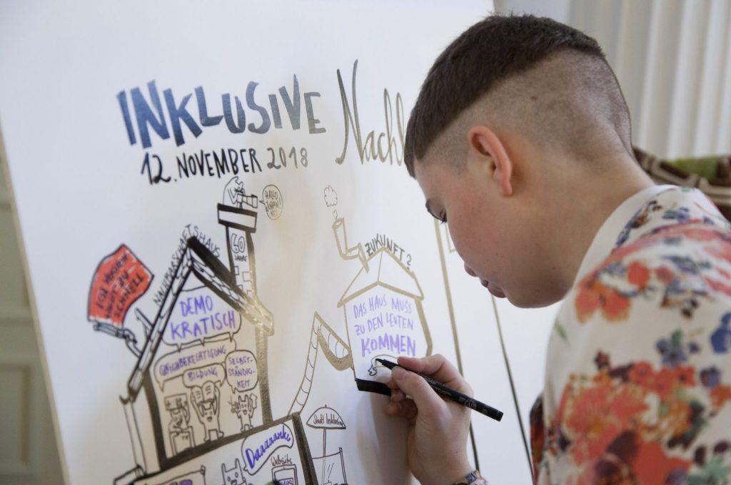 Eine Person zeichnet ein Graphic Recording