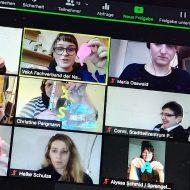 12 quadratische Zoom-Kacheln, die die Teilnehmer*innen, Dozent*innen und Dolmetscher*innen für Deutsche Gebärdensprache während der Online-Schulung zeigen. Die Teilnehmer*innen halten verschiedene Werke aus Knete in die Kamera.
